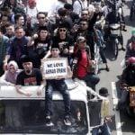 Ahmad Dhani bersama keluarga dan pendukungnya usai bebas dari LP Cipinang. (foto detiknews.com)
