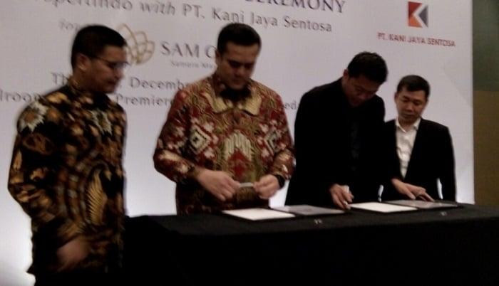 Chairman Propertindo, Adi Ming S bersam Presiden Direktur PT Kani Jaya Sentosa, Yamitema T Laoly menandatangani kerjasama pembangunan Sam City di Hotel Santika Premiere Dyandra Medan, Kamis (19/12/2019).