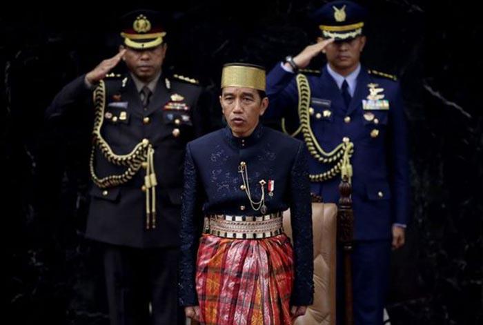 Kombes Johnny Eddizon Isir (kiri belakang), saat menjadi ajudan Presiden Joko Widodo. (kaldera/ist)