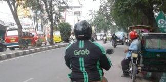 Salah satu pengendara ojek online melawan arah ketika melintas di salah satu jalan di Kota Medan.
