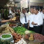 Tim Satgas Pangan Kota Medan berdialog dengan salah satu pedagang di Pusat Pasar terkait kenaikan harga kebutuhan pokok.