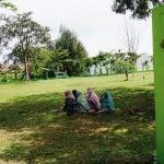 Masyarakat berziarah ke kuburan massal desa Siron, Kec. Ingin Jaya, Kabupaten Aceh Besar pada momentum Peringatan 15 Tahun Tsunami Aceh. (foto: fakhrurrazi)