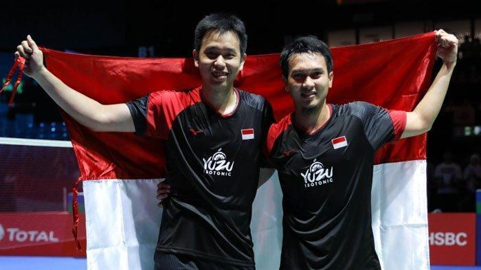Pasangan The Daddies, Ahsan/Hendra, membentangkan Merah-Putih usai juara BWF Tour Finals 2019 di China, Minggu malam. (kaldera/trbn))