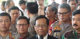 Irjen Pol Martuani Sormin (kedua dari kanan) saat mendampingi Kapolri Jenderal Idham Aziz dan Menkopolhukam Mahfud MD dan Panglima TNI belum lama ini. (kaldera/ist)