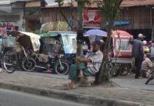Sejumlah beca terlihat parkir di badan jalan kawasan Sukaramai, Jumat (27/12/2019)