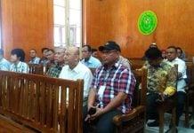Plt Wali Kota Medan, Akhyar Nasution (pakai topi) duduk di sebelah Walikota Medan Nonaktif Dzulmi Eldin di ruang sidang PN Medan, Kamis (9/1/2020) (kaldera/finta)