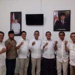 Gus Irawan Pasaribu didampingi pengurus berfoto dengan Balon Walikota Medan Ihwan Ritonga.