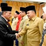 Gubsu menyalami salah Ichsan Lubis, Kabid SMA Dinas Pendidikan Sumut, yang ikut dilantik kemarin.