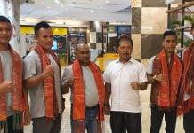 Petinju Sumut yang baru tiba dari Malaysia diabadikan bersama Ketua Pertina Sumut, Romein Manalu, Rabu (01/01/2020).