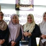 Ainal Mardiah (kiri) berfoto bersama pengurus baru Komunitas HAM usai terpilih (kaldera/ist)