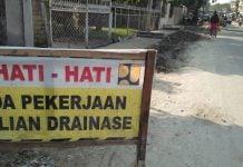 Plang Proyek Drainase di Jalan Gedung Arca masih terpasang, Jumat (17/1/2020). (kaldera/imran)