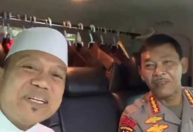 Ustadz Dasad Latif (kiri) dan Kapolri Idham Azis.