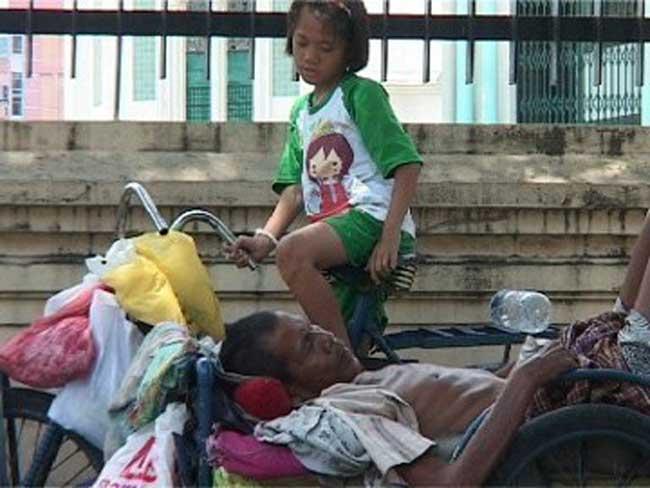 Aisyah, Gadis kecil yang sempat menjadi viral karena merawat ayahnya sedang sakit dan tinggal becak barang di kawasan Masjid Raya Medan.