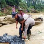 Petugas mengevakuasi jenazah korban banjir bandang Labura, kemarin.