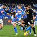 Striker Inter Milan, Lautaro Martinez, dikepung pemain Napoli dalam laga dinihari tadi di Naples. Inter menang 1 - 3 atas Napoli.(kaldera/int)