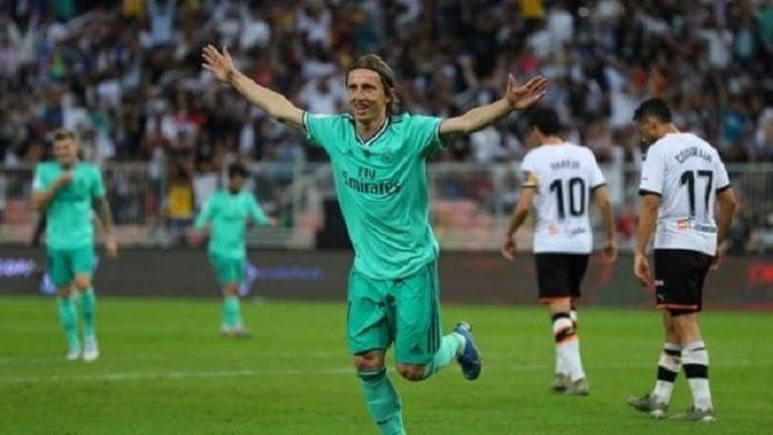 Pemain Real Madrid, Luka Modric merayakan golnya saat menghadapi Valencia di semifinal Piala Super Spanyol. Real Madrid menang 3-1. (ist)