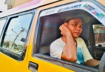 Pak Maman, sopir angkutan kota KPUM line 04 yang menggratiskan ongkos penumpang mulai pukul 06.00 WIB hingga pukul 12.00 tengah hari. (kaldera/zulfithri)