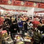 Warga Wuhan memadati pusat belanja untuk memenuhi kebutuhan pasca mewabahnya virus corona. (Foto: Getty Images)