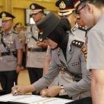 AKBP Juliani menandatangani berkas sertijab sebagai Kapolres Padangsidimpuan.
