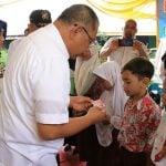 Plt Walikota Medan, Akhyar Nasution saat penyerahan Kartu Identitas Anak di Kecamatan Medan Labuhan, Rabu (12/2/2020).