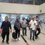 Diza (menenteng tas) saat tiba di Bandara Kualanamu, Sabtu (15/3/2020) malam. (ist)