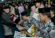 Plt Walikota Medan, Akhyar Nasution saat menyerahkan piala kepada pemegang MTQ Ke-53 Kota Medan.