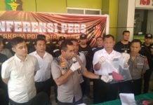 Kapolrestabes Medan Kombes JE Isir menunjukkan barang bukti dalam konpers pengungkapan kasus pembunuhan di RS Bhayangkara Medan
