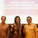 Menteri Pendidikan dan Kebudayaan, dan Menteri Dalam Negeri melakukan foto bersama.
