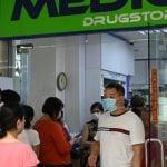 Warga mengantri di luar apotek untuk membeli masker, termometer, dan pembersih tangan di Singapura (29/1/2020). Singapura sejauh ini mengonfirmasi tujuh kasus virus corona (coronavirus) - semuanya datang dari Wuhan. (AFP Photo/Roslan Rahman)