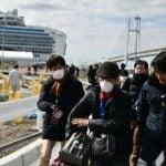 Penumpang Kapal Pesiar Diamond Princess mulai meninggalkan kapal setelah menjalani karantina tes virus corona oleh pemerintah Jepang, kemarin.