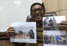 Kepala Dinas Sosial Aceh Alhudri memperlihatkan foto-foto nelayan asal Aceh Timur yang ditangkap di Thailand, di Banda Aceh, Senin (24/2/2020). (ft:antara)