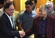 Anwar Ibrahim Senyum Saat Ditanya Jadi PM Malaysia Gantikan Mahathir.