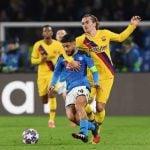 Antoine Griezmann mencoba merebut bola dari Kapten Napoli, Lorenzo Insigne di Naples tadi malam.