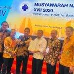 Pimpinan sidang pleno keempat Munas PHRI ke XVII menyerahkan mandat kepada Hariyadi Sukamdani (dua kiri) yang terpilih lagi menjadi ketua umum BPP PHRI.