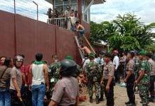 Suasana evakuasi tahanan dari Rutan Klas II Kabanjahe, Rabu (12/2/2020).