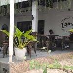 Suasana luar Tamoe Coffee and Resto di Jalan Kartini Medan. Gerai kopi ini menawarkan konsep industri minimalis dan outdoor untuk pasar anak-anak muda. (kaldera/zulfithri)