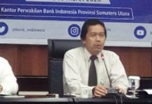 Kepala Perwakilan Bank Indonesia (BI) Sumatera Utara Wiwiek Sisto Widayat (tengah) didampingi Wakil Kepala Kantor BI Wilayah Sumut Ibrahim (kanan), Kepala Grup Sistem Pembayaran dan Pengelolaan Uang Rupiah BI Wilayah Sumut Andiwiana Septonarwanto (kiri) kepada wartawan di BI Medan.