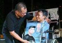 Plt Walikota Medan, Akhyar Nasution saat menerima lukisan wajahnya dari Prayoga di sela - sela HUT PFI Kota Medan di Merdeka Walk, Jumat malam (13/3/2020)