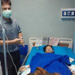 Prof Fidel Ganis Siregar saat membesuk Dhea Ananda yang dalam masa pemulihan usai operasi pengangkatan tumor di RS USU.