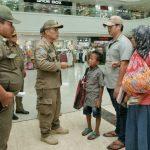 Satuan Polisi Pamong Praja (Satpol PP) Kota Medan melakukan sosialisasi kepada anak-anak sekolah maupun orang tua yang berada di luar rumah atau pusat keramaian, Kamis (19/3/2020).