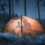 Teks foto: Suasana berkemah saat musim dingin di area hutan di Finlandia.
