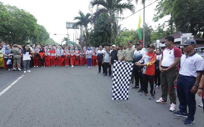 Plt Kepala Dinas Kepemudaan Olahraga dan Pariwisata Asahan, Buwono Prawana saat memeriahkan Hari Jadi Asahan ke-74 di Alun -alun Rambate Rata Raya, Kisaran, Minggu (15/3/2020).