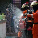 Petugas dari Pemkot Surabaya melakukan penyemprotan disinfektan di perkampungan yang Kota Surabaya. Ilustrasti (ist)
