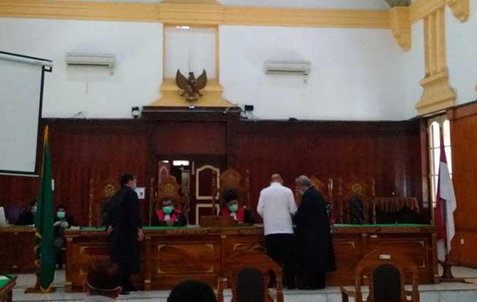 Majelis Hakim berdiskusi dengan pengacara, jaksa serta terdakwa dalam sidang lanjutan Dzulmi Eldin di Pengadilan Tipikor di PN Medan, Kamis (26/3/2020)