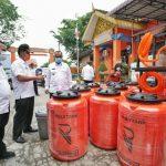 Plt Walikota Medan, Akhyar Nasution saat meninjau stok disinfektan di Kantor BPBD Kota Medan, Rabu (1/4/2020)