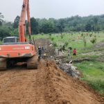 Pengerjaan akses masuk areal pemakaman khusus korban virus corona di Kelurahan Simalingkar - B, Kecamatan Medan Tuntungan.
