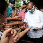 Plt Walikota Medan, Akhyar Nasution membagikan masker saat menggunjungi Pusat Pasar Medan.