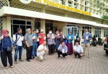 Ketua PWI Sumut secara simbolis menyerahkan masker dan paket makanan kepada Anggota yang bertugas di Kota Medan.