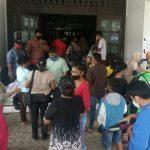 Puluhan warga Kota Medan datangi Kantor Dinas Sosial Medan di belakang Terminal Pinang Baris, Jumat (8/5/2020).