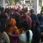 Kerumunan massa di depan Kantor Dinas Sosial Kota Medan, Rabu (13/5/2020)